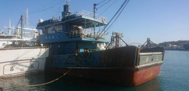 防疫大漏洞!中國漁船越界捕魚 搜出5.7公斤豬五花   中國籍漁船越界捕魚,船上冰箱冰存數公斤的豬肉。(翻攝畫面)