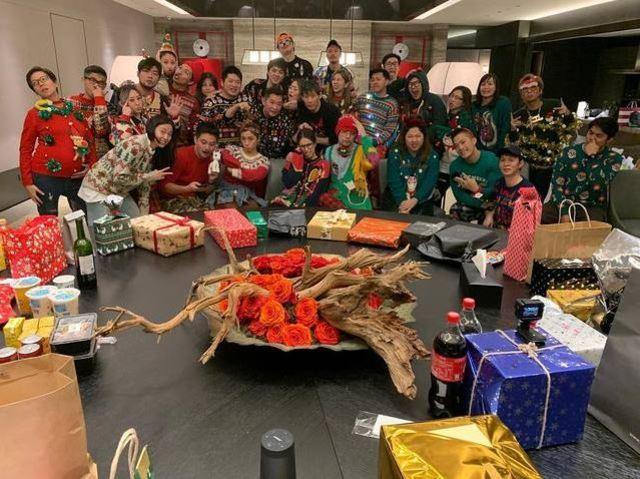 周董和昆凌與好友舉辦「醜毛衣」聖誕派對。(翻攝自昆凌IG)