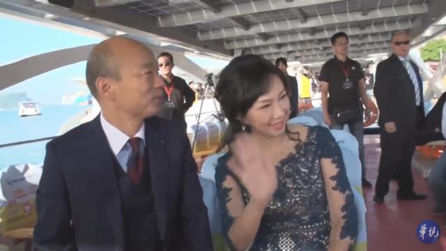 【高雄市長就職】韓國瑜偕妻子搭愛之船 抵「鰲躍龍翔」典禮就職   韓國瑜偕妻子李佳芬搭愛之船,抵愛河畔就職典禮。