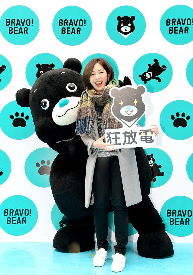熊讚站上臺北跨年暖場  學姊化身熊讚屋最美一日店長 | 學姐黃瀞瑩化身熊讚屋一日店長,與熊讚同框超可愛。