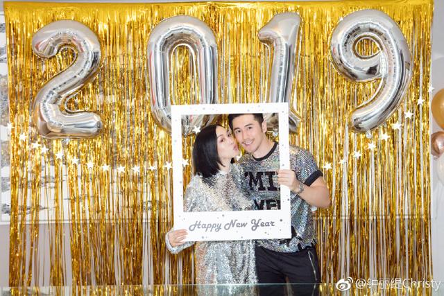 鍾麗緹與丈夫張倫碩。(圖/鍾麗緹微博)