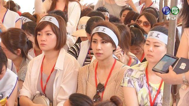 我們無法說:台灣社會反罷工,不贊成勞方以自主力量貫徹權益,不,看看近年來幾次罷工,主流支持聲浪其實還不小。圖為2016年華航空服員罷工。(華視資料畫面)