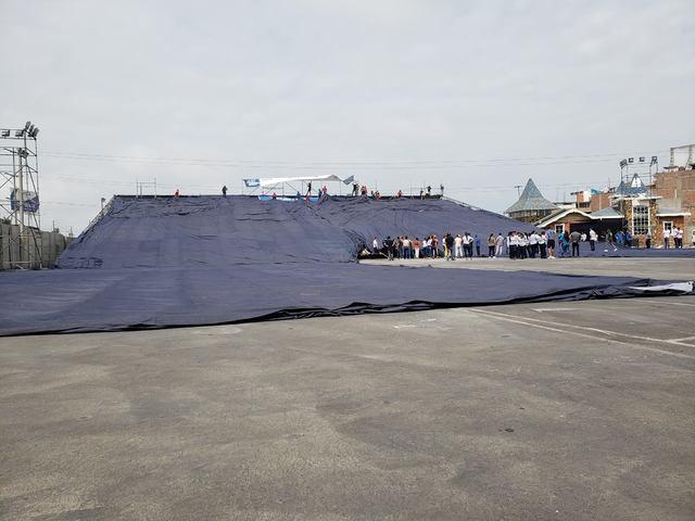 超大牛仔褲需要數十人合力將其鋪平展示。(圖/Mall del Sur Facebook)