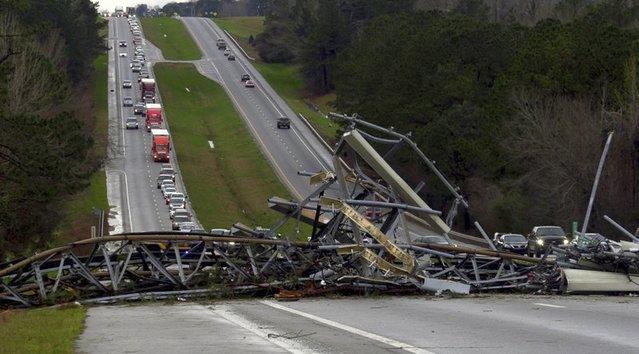 龍捲風肆虐 美國阿拉巴馬州14死 | 暴風吹翻多間房屋屋頂和多台車輛,滿地殘骸碎片。(美聯社)