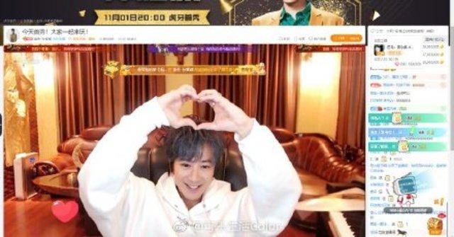 孫耀威在直播中,自彈自唱多首歌曲。(翻攝微博)