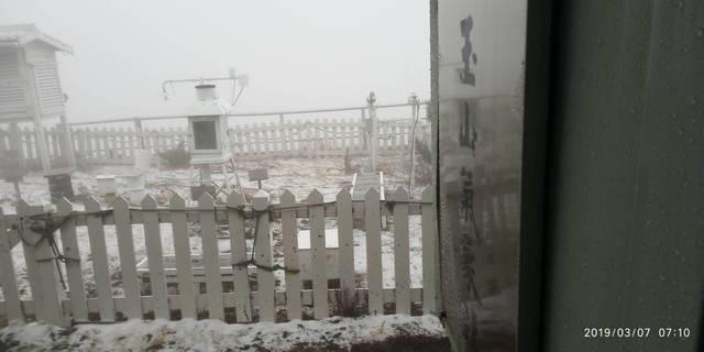 玉山下雪了! 強烈大陸冷氣團發威急凍 | 玉山今天降雪1小時40分鐘,積雪1.0公分。