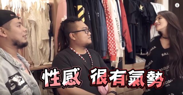 23歲千金辣模 爆乳同框粉紅奧迪 | 子涵日前被YouTuber突襲她的千萬豪宅。(翻攝自「在不瘋狂就等死」YouTube)