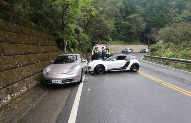 保時捷北宜自撞山壁 駕駛下車又遭賓士追撞 |