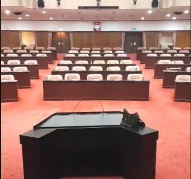 黃國昌立院議場直播 驚見立委「走光」 | 立委全部走光,議場內空無一人。