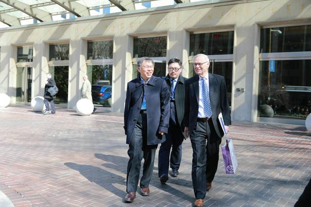 柯文哲訪美,與前美國在台協會主席卜睿哲(Richard Bush)會面。(北市府提供)