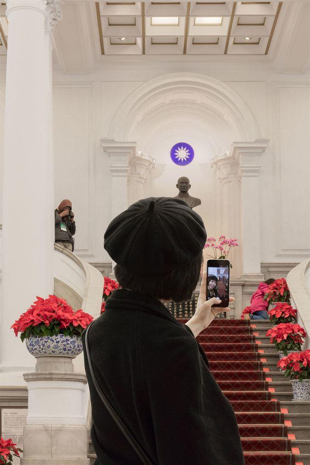總統府攝影比賽 後製「P圖」竟優選 | 專業組第一名《持攝影機的人》