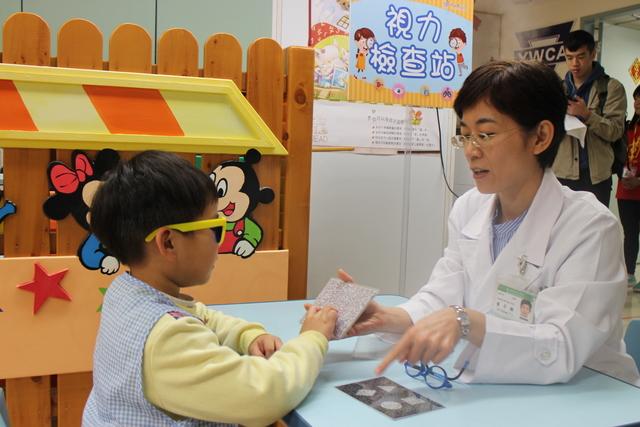 新北學齡前兒童視力篩檢 可免費轉診眼科醫師   為預防近視及減緩度數的增加 從小保持定期檢查視力的習慣 是一項需要重視的問題(翻攝自新北市衛生局網站)
