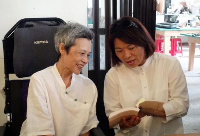 顧德莎病逝  13日剛發表2新書   顧德莎與市長黃敏惠一起朗讀台語詩。(嘉義市政府提供)