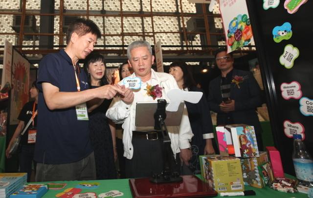 台北市教育局副局長體驗美語動畫教學APP。(臺北市學前及國中小教育協會提供)