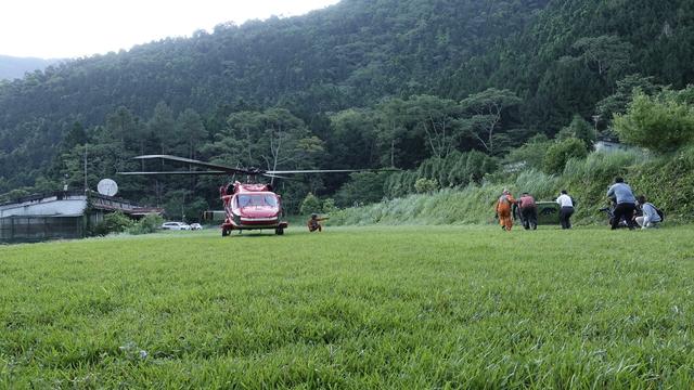 南安小熊回家了!黑鷹護送重返棲地   小熊於特生搭上黑鷹直升機(林務局提供)