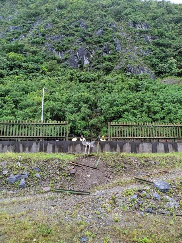 鐵道柵欄被撞破5公尺大洞(翻攝 網路)