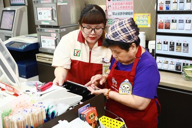 大齡超商實習生!失智爺奶賣咖啡 | 金春奶奶在門市店員的協助下收銀結帳。(畢嘉士基金會提供)