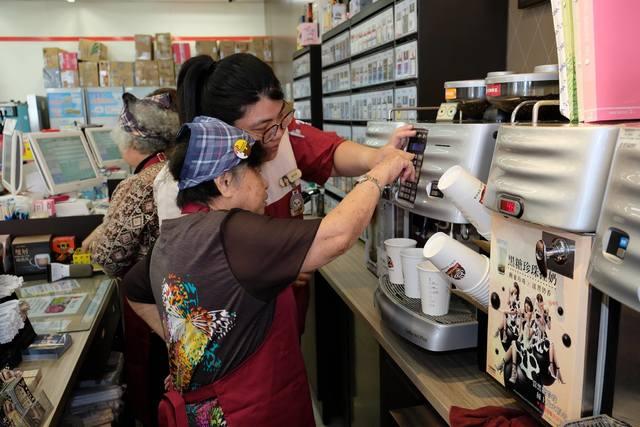 大齡超商實習生!失智爺奶賣咖啡 | 金春奶奶和門市店員一同製做咖啡。(畢嘉士基金會提供)