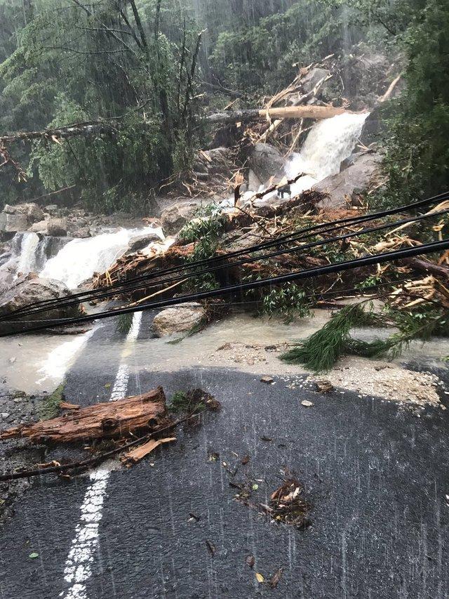 日本小島遭暴雨侵襲 300人困山上自衞隊營救 | 道路受阻,造成至少300人受困(翻攝推特)