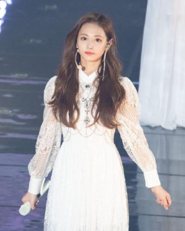 周子瑜身穿白色長洋裝充滿仙氣。(圖/WithYu周子瑜中文首站微博)