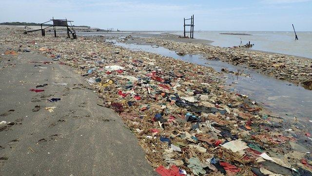桃園出海口漂廢棄布料 網友嘆:宛如未開發國家! | 廢棄物漫延至海中。(翻攝自Liu En-Yu臉書)