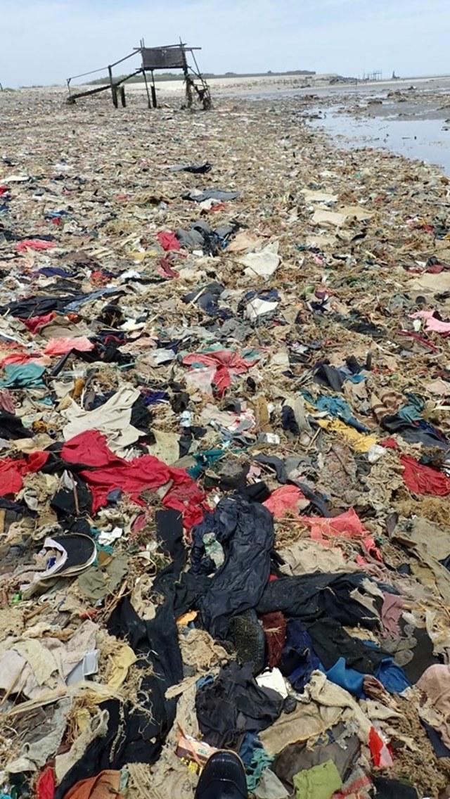 桃園出海口漂廢棄布料 網友嘆:宛如未開發國家! | 垃圾遍布約2500立方米。(翻攝自Liu En-Yu臉書)