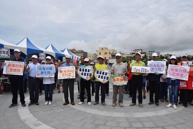 澎湖百人淨灘 沙灘作畫宣導反毒防暴 | 許多團體和民眾到場擺攤宣導。(翻攝自臉書活力澎湖公益平台)