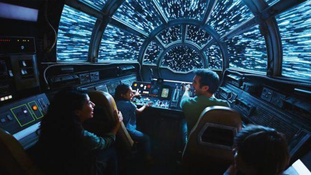 遊客可以進入6人座的千年鷹號模擬機艙體驗空戰的快感。(圖/迪士尼部落格)
