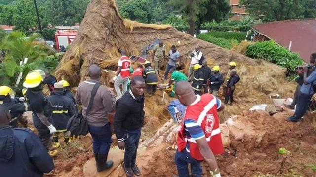烏干達大雨引山崩 雨不停傷亡人數恐攀 | 搜救隊員持續搶救中。(翻攝自Charles Rwomushana臉書)