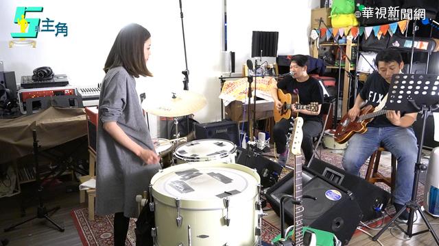 莊雨潔在樂團裡擔任鼓手。(攝影/張原紘)