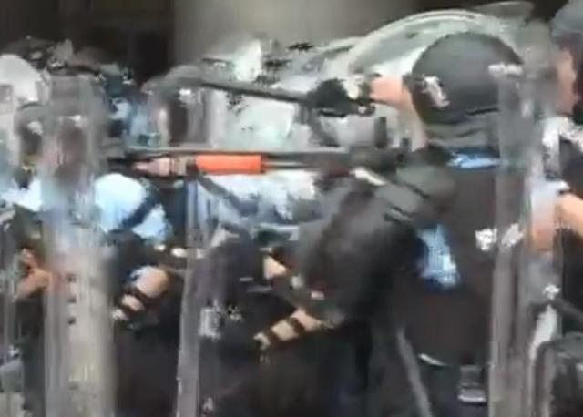快訊》港警發射催淚彈 反送中衝突升級 | (翻攝東網)
