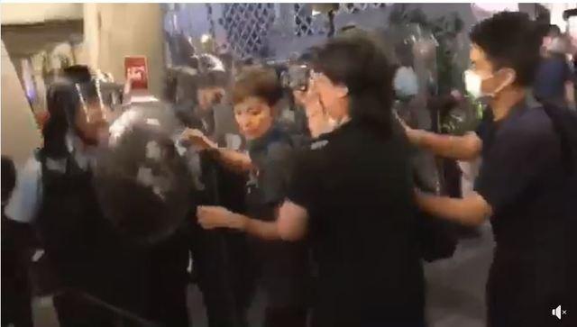 警方仍在毫無警告徵兆之下,拿著盾牌對民眾大力敲打、推擠。(翻攝自HOCC臉書)