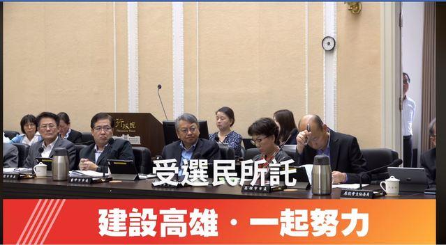 行政院會影片中韓國瑜低著頭、手托住額頭、垂眼,疑似閉目養神。(翻攝自翻攝行政院會影片)