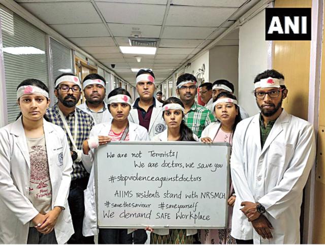 印度醫學協會(IMA)17日串連全國近百萬名醫生發動罷工行動。(翻攝@ANI推特)