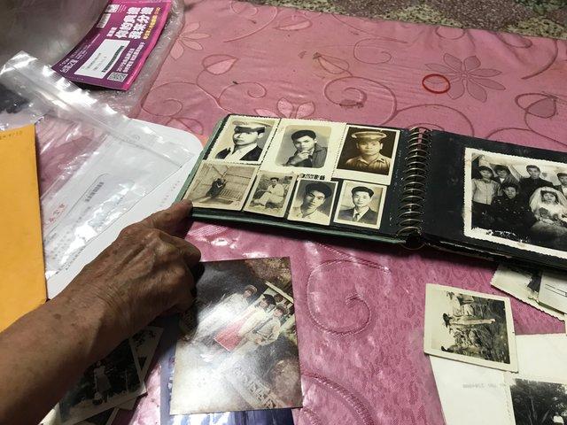 阿嬤指著相簿上珍藏的黑熊照片(圖/翻攝自花蓮縣牛犁社區交流協會)