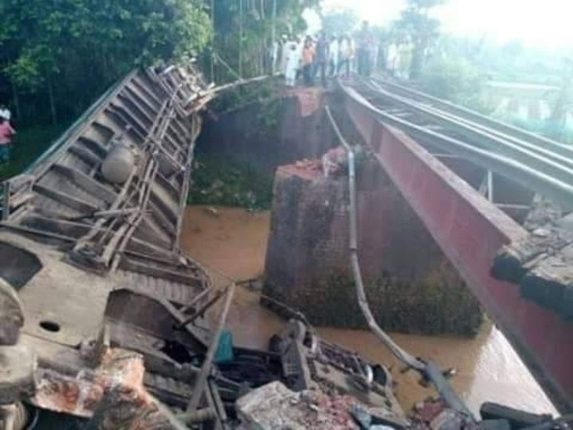孟加拉火車墜河 至少5死上百傷   (翻攝推特)