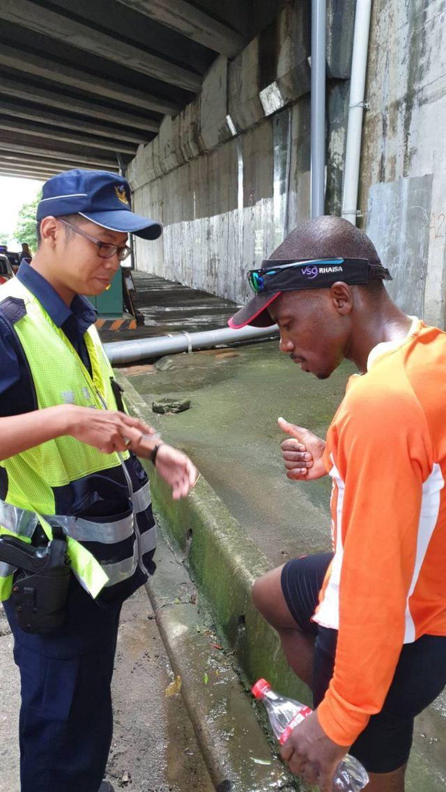 練馬拉松誤闖國道 非裔男子挨罰! | 男子已經跑了5、6公里。(竹林分隊提供)