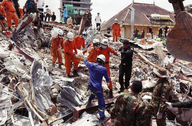 柬埔寨中資大樓倒塌28死 中國違法施工釀災 | 罹難的工人幾乎都是柬埔寨公民。(歐新社)
