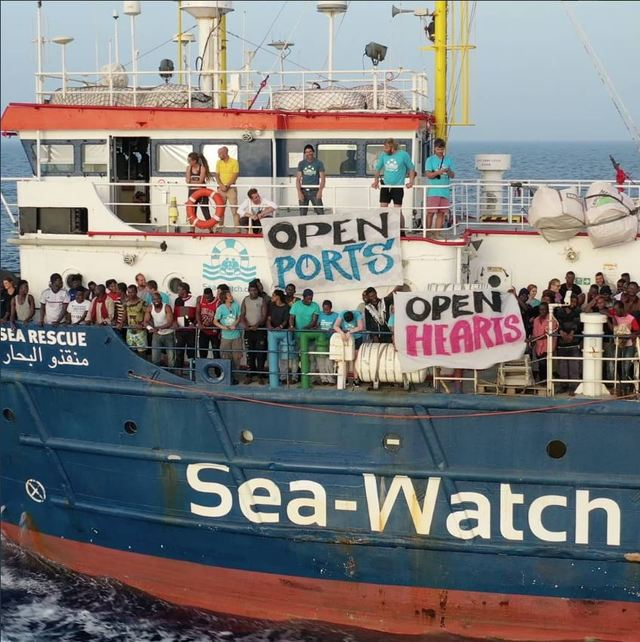 「海上觀察3號」與義大利警方對峙(圖片翻攝推特)