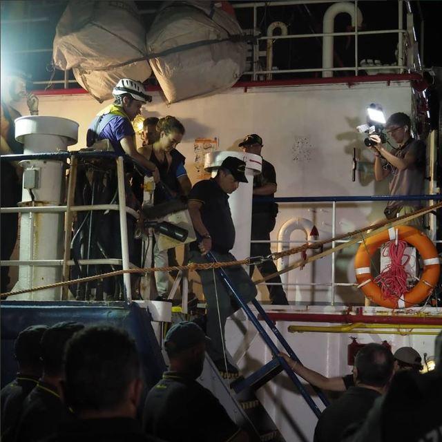 德籍女船長拉奎特(Carola Rackete)下船後遭逮捕(圖片翻攝推特)