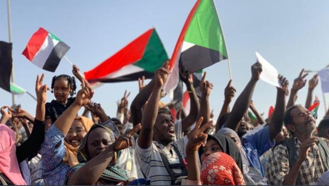 蘇丹人高舉「和平」手勢要求軍方交還統治權。(翻攝推特)