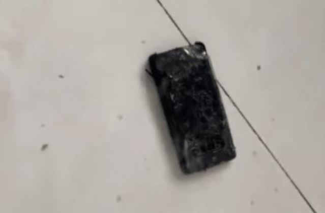 霍男新買的三星手機充電異常,接著就發燙、起火燃燒。(翻攝網路)