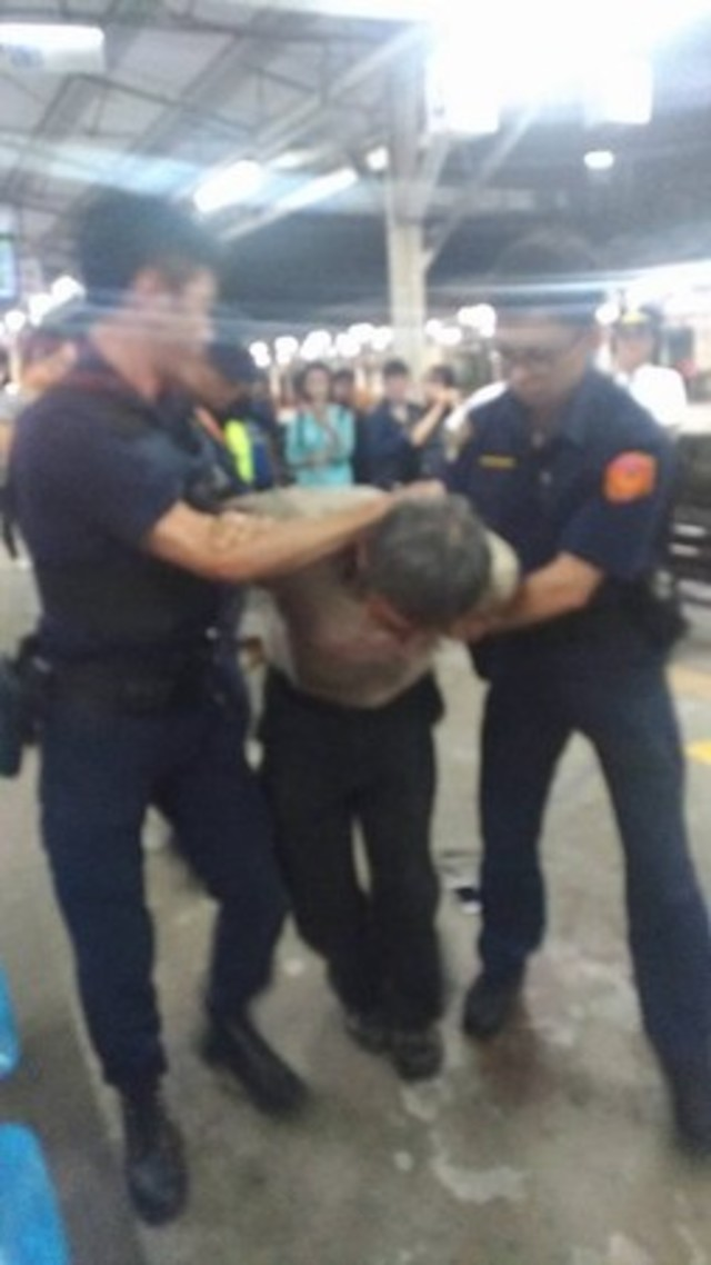 快訊》台鐵自強號驚傳砍人 網友:滿地是血   警察處理乘客糾紛時遭刀刺傷。(翻攝自臉書)