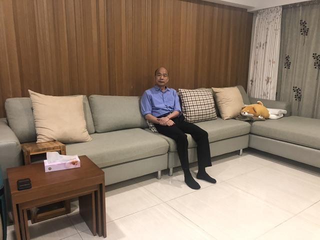 療癒系住宅!高市府公開韓國瑜溫馨居家照 | 韓國瑜坐在家中L型沙發看著鏡頭微笑。(高雄市政府提供)
