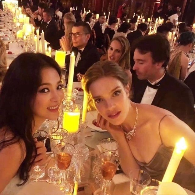 宋慧喬晚宴坐在娜塔莉亞和其伴侶、LVMH集團總裁大兒子Antoine Arnault對面。Antoine Arnault另一邊坐著娜塔莉波曼。 (圖/擷自instagram)