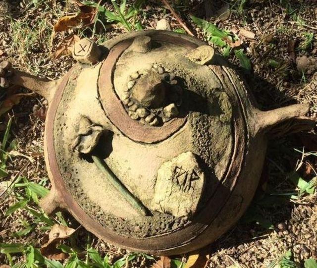 後院挖出「RIP」詭異陶罐 真相令網友傻眼 | 詭異陶罐引發網友熱議。(翻攝自臉書)