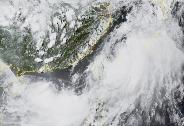 丹娜絲加速遠離台灣 氣象局:最快20:30解除海警 | 呂宋島西北方海面的低氣壓逐漸北上