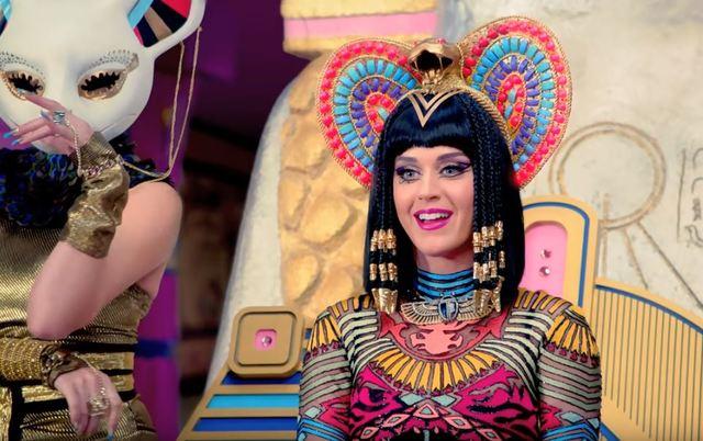凱蒂佩芮被控抄襲 上法庭竟現場開唱 | 《Dark Horse》MV。(翻攝自Katy Perry YouTube)