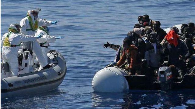 歐盟同意難民安置計畫 義大利駁:「歐洲難民營」 | 海上救援漂流的難民。(資料照片)