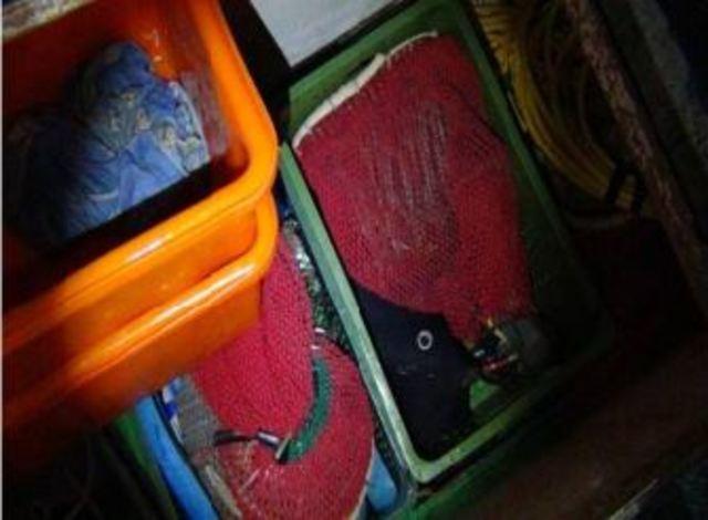 澎湖非法潛水打魚 海巡扣漁獲高達80公斤 | 在船上查獲潛水用具和打魚用具。(澎湖海巡署提供)